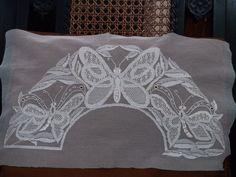 Resultado de imagen de bordados en tul y dibujos Needle Lace, Bobbin Lace, Embroidery Art, Embroidery Patterns, Romanian Lace, Lacemaking, Couture, Needlework, Bed Pillows