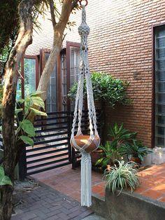 Macramé plante Hanger « Perse » par handiworkclub sur Etsy https://www.etsy.com/fr/listing/93582907/macrame-plante-hanger-perse