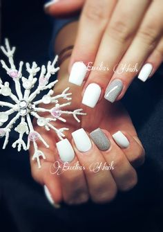 Petite inspiration pour pose discrète au thème de Noël - En intégral french blanche Snow White - Gel couleur pailleté argenté - Gel de modelage elastolux en construction - Finition Gel Care Shine