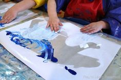 Easy Winter Art Projects for Preschool - fantastic process art projetcs for toddlers and 2 and olds. Developing fine motor skills and sensory art fun. Preschool Art Projects, Animal Art Projects, Winter Art Projects, Diy Art Projects, Winter Crafts For Kids, Preschool Curriculum, Preschool Ideas, Kindergarten, Polar Bear Paint
