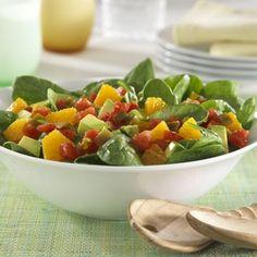 Receta de ensalada con espinacas frescas, aguacate, trocitos de naranja y tomates