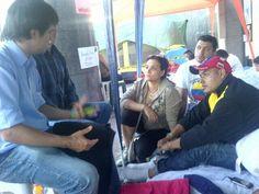 Diputado chileno Felipe De Mussy visita a los que hacen huelga de hambre en el campamento de la ONU en Caracas. pic.twitter.com/Kvx8tPIVce