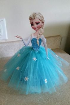 Elsa-party-table-centre-piece-net-and-snowflakes.jpg 728×1,092 pixeles