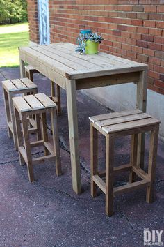 Learn how to build outdoor bar stools. These DIY outdoor bar stools are the perfect addition to an outdoor bar table. Small Bar Table, Bar Top Tables, Outdoor Bar Table, Deck Table, Table Bar, Outdoor Bars, Outside Bar Stools, Wood Bar Stools, Outdoor Furniture Plans