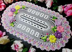 Feito com linha 100% algodão com detalhes em linha tingida crocheart.    Mede 45cm de largura por 90cm de comprimento (pode ser feito em outros tamanhos , consulte valores)