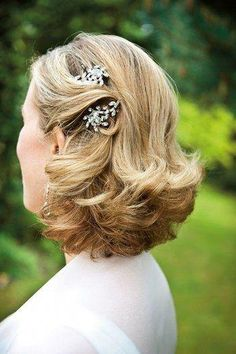 1709_ Mother of the Bride Hairstyles Incorporate Heirlooms #SimpleElegantHairstyles Mother Of The Groom Hairstyles, Mom Hairstyles, Best Wedding Hairstyles, Hairstyle Ideas, Mother Of The Bride Hair Short, Bride Hairstyles Short, Elegant Hairstyles, Hairstyles With Fascinators, Mother Of The Bride Jewelry