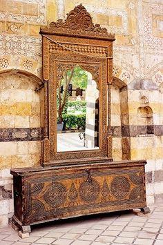 En todo Medio Oriente, donde por tradición las casas no tienen muchos muebles, un baúl así solía colocarse en el espacio reservado a la mujer, donde silenciosamente seguía mostrando un cierto estatus y además servía como mueble.
