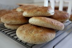 grova tekakor Ciabatta, Hamburger, Bread, Food, Breads, Baking, Hamburgers, Meals, Yemek