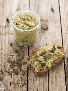 Pasta z ciecierzycy z pestkami dyni i zielonymi oliwkami