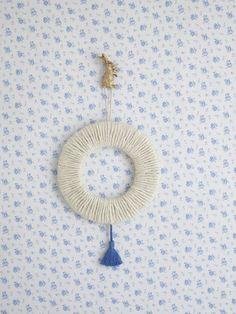 リング状にカットしたダンボールに麻ひもを巻き、アクセントにタッセルをひとつつけた、シンプルなリース。/夏の手編みかごバッグ(「はんど&はあと」2012年7月号)