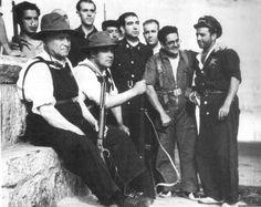 Largo Caballero, presidente del Consejo de Ministros, en la Fuente de los Geólogos, puerto de Navacerrada, con un rifle Winchester, a su lado Wenceslao Carrillo, foto de Alfonso, AGA *