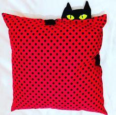 """Almofada com Gatinho <br> <br>Para os apaixonados e apaixonadas por """"Gatos"""" <br> <br>Almofada em algodão. <br>Gato em tecido Oxford. <br>Detalhe em feltro."""