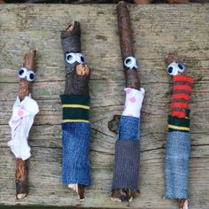 Knutseltip: zoek takjes en maak er jasjes voor. - found objects natural materials puppets sculpture