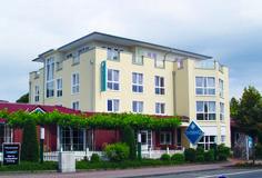 Das familiengeführte 3-Sterne AKZENT Hotel Evering liegt zentral im niedersächsischen Emsland. In seinen 28 Nichtraucherzimmern kann der Gast sich aufgrund der modernen Ausstattung mit unter anderem Flachbildschirm-TV und WLAN wie zu Hause fühlen.