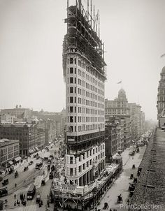 When built over 100 years ago the Flatiron building in New York was famous not for it's height but for its unique architecture, structure-wise. Ever since 1902 photographers and media in general depict the Flatiron Building as an iconic building of New Yo Flatiron Building, Building Building, Vintage New York, Old Pictures, Old Photos, Rare Photos, Vintage Photographs, Vintage Photos, Edificio Flatiron