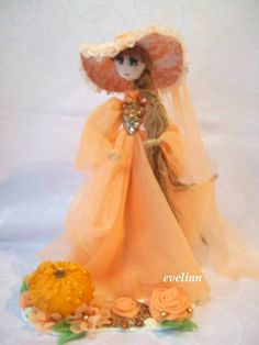 paniennka dyniowa ,postać z drucika ubrała się w sukienkę,kapelusz......