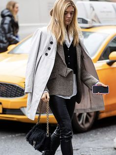 Each season, a new wardrobe hero is discovered and this season it's all about the black cardigan. Discover 11 unique and affordable black-cardigan outfits. Black Cardigan Outfit, Cardigan Outfits, Cardigan Fashion, Fall Outfits For Work, Fall Fashion Outfits, Fashion Trends, Pinstripe Pants, Printed Trousers, Light Denim