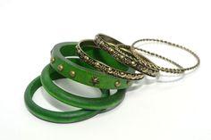 Juego de pulseras de aro verdes: 3 de madera con tachuelas y 4 de metal dorado envejecido labradas.    Medidas diámetro 7 cm  Ref.: AG7450V  http://www.meigallo.com/articulo/705/set-de-pulseras-rigidas