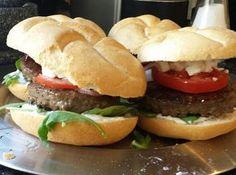 Griekse hamburger recept | feta, rode ui, rundvlees, tzatziki | Lekkere, makkelijke en zelfgemaakte burger