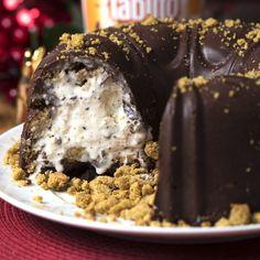 Chegou a hora de você fazer este bolo de ganache recheado com sorvete e cookies