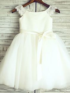 Princess Knee-length Flower Girl Dress - Lace / Satin / Tulle Short Sleeve Scoop with