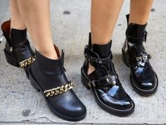 How to Chic: CHAIN BOOTS VS CUTOUT BOOTS