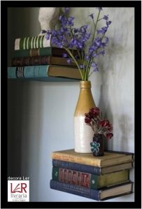 Livros podem ser ótimos aliados na decoração. De forma bem provinciana, ele podem ser utilizados como prateleiras. Afinal livro é para sempre!