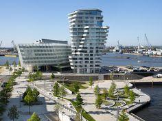 HAMBURG 03   a destra: Behnisch Architekten, Marco Polo Tower; a sinistra: Behnisch Architekten, Unilever Headquarters; in primo piano: EMBT Arquitectes, Marco Polo Terrace [foto di Behnisch Architekten]