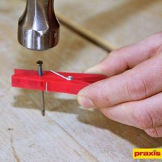 Clothes peg to hold a nail! Woodworking For Kids, Woodworking Projects, Diy Projects, Simple Life Hacks, Useful Life Hacks, 1000 Lifehacks, Diy Home Repair, Ideas Geniales, Tips & Tricks