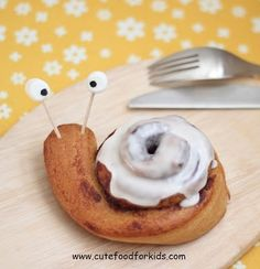 Canned cinnamon rolls, toothpicks, mini marshmallows, and food dye pens. Link goes to full tutorial. Cute Food For Kids: Cute Breakfast Idea: Cinnamon Roll Snails