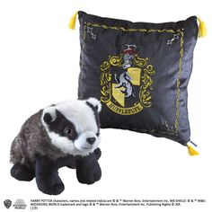 Measuring approximately square, this embroidered Hufflepuff house crest cushion contains a plush of the Hufflepuff badger mascot as featured in the Harry Potter films. Harry Potter Wiki, Fans D'harry Potter, Harry Potter Wizard, Harry Potter Houses, Harry Potter Outfits, Harry Potter Universal, Harry Potter Characters, Peluche Harry Potter, Harry Potter Mandrake