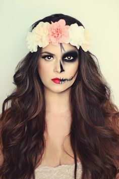 Halloween make-up ideas for women: How to really scare .-Halloween Schminkideen für Damen: So erschrecken Sie richtig! Wow, that& a great Halloween make-up. Half scary and the other half beautiful. A real eye-catcher. up makeup - Cool Halloween Makeup, Halloween Makeup Looks, Up Halloween, Disney Halloween, Vintage Halloween, Halloween Makeup Sugar Skull, Sugar Skull Makeup Easy, Skull Candy Makeup, Candy Skulls