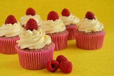 Maak zelf frambozen cupcakes volgens recept. Met dit recept maak je heerlijke frisse cupcakes die je smaak geeft met gepureerde frambozen.
