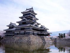 Castillo Matsumoto Su construcción comenzó en el siglo XVI, año 1504 y los materiales usados fueron tierra, piedra y madera.  Parece que el castillo fue concluido entre 1593 y 1594. Antiguamente se le conocía con el nombre de castillo de Fakashi, al estar asociado a la rama de la familia Ogasawara. Se ubica en la ciudad de Matsumoto a poca distancia de Tokio, Hakuba y Nagano. A diferencia de otros castillos este no está construido en una colina o zona elevada, sino en una llanura