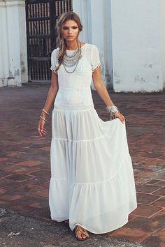 Lindo y atemporal vestido blanco, largo...dress it up pr down! Beautiful