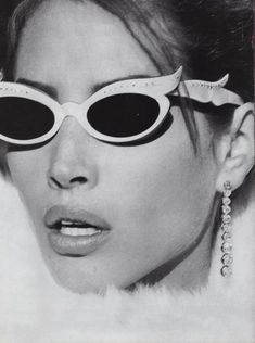 Quintessential Steven Meisel throwback US Vogue. Model Christy Turlington in embellished cat eye sunglasses. Photography by renowned fashion photographer Steven Meisel. Steven Meisel, Star Fashion, Teen Fashion, Fashion Models, Vogue Models, Vogue Fashion, Female Fashion, High Fashion, Fashion Beauty
