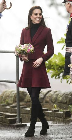 Kate Middleton steps out in recycled burgundy skirt suit to visit UCL Kate Middleton Outfits, Looks Kate Middleton, Kate Middleton Fashion, Casual Kate Middleton, Kate Middleton Wedding Dress, Middleton Family, Duchesse Kate, Pantyhosed Legs, Style Royal