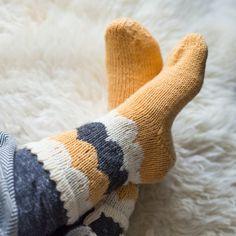 Syksyiset kirjoneulesukat - Kaupunkilanka Wool Socks, Knitting Socks, Rainbow Dog, Men In Heels, Handicraft, Mittens, Knitwear, Knitting Patterns, Knit Crochet