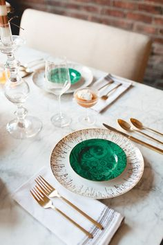 malachite + gold on a marble table // coco+kelley Verde Greenery, Emerald Green Decor, Dresser La Table, Fine Dining, Dining Table, Table Manners, Merry Christmas To All, Deco Table, Decoration Table