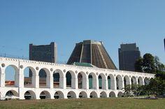 Os Arcos da Lapa localizam-se no bairro de mesmo nome e é conhecido como o berço da boemia carioca.
