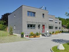 Mehrfamilienhaus Gardet von Baufritz • Modernes Holzhaus mit vier Baukörpern und offenem Grundriss • Jetzt bei Musterhaus.net informieren!