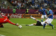 Italy's Di Natale and Germany's Hummels look on as Italy's Marchisio fails to score a goal against Germany's goalkeeper Neuer during their Euro 2012 semi-final soccer match at National Stadium in Warsaw. PASCAL LAUENER/REUTERS
