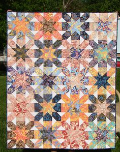 The tutorial for this lovely quilt is at:  http://www.sewcraftyjess.blogspot.fr/2012/05/starburst-cross-block-tutorial.html