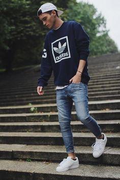 Buso adidas, Jean claro con una combinación de zapatillas y gorra blanca. Un estilo para salir con los amigos.