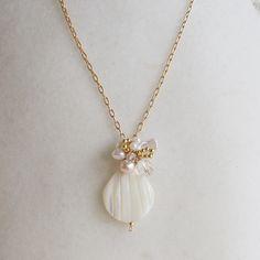 フランス語で花びらを意味するpetaleそんな花びらのようなシェルに淡水パール(ホワイト・ピンク)やケシパール、水晶、シードビーズを合わせ、清楚なイメージの...|ハンドメイド、手作り、手仕事品の通販・販売・購入ならCreema。