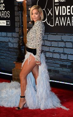 Tapis rouge : les looks des MTV Video Music Awards Rita Ora, Vanity Fair, Mtv, Chic Outfits, Fashion Outfits, Seductive Women, Holiday Party Dresses, Great Legs, Oras