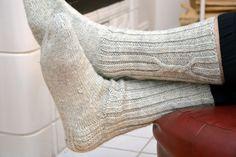 KARDEMUMMAN TALO: Niistä ne miehet tykkää Knitting Socks, Knit Crochet, Slippers, Crocheting, Chart, Fashion, Recipes, Tricot, Stockings