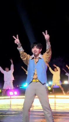 Bts Jungkook And V, Kim Taehyung Funny, Bts Taehyung, Bts Video, Blackpink Video, Selfies, Cute Funny Baby Videos, K Pop Music, Seokjin