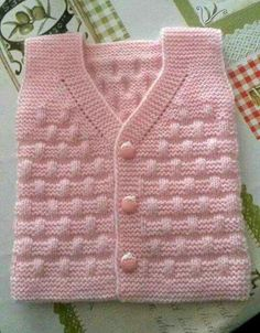 Free Knitting Pattern Baby Cardigan with Cables Baby Cardigan Knitting Pattern, Baby Knitting Patterns, Knitting Designs, Baby Girl Vest, Baby Dress, Baby Boys, Baby Shower Winter, Baby Winter, Shower Baby