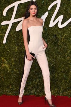 Imagen de http://www.style-ethics.com/wp-content/uploads/34-kendall-jenner-british-fashion-awards-vogue-1dec14-rex_b_592x888_1.jpg.